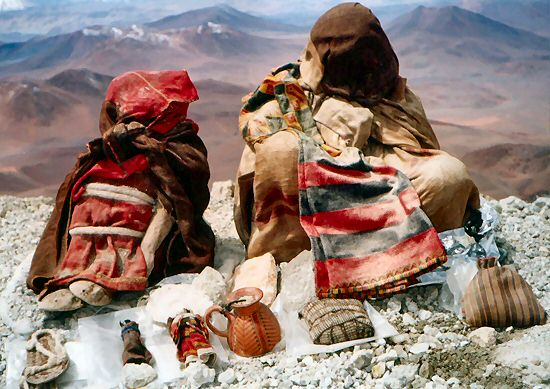 Duas das crianças encontradas no cume do Llullaillaco, a donzela e o menino.