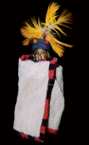 Estatueta masculina deixada na tumba do menino mumificado. A face de ouro mostra que ele tinha alto status social.