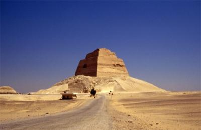 (1)A pirâmide de Meidum de Senefru. Imagem disponível em . Acesso em 26 de junho de 2013.