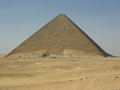 (1)A Pirâmide Vermelha de Senefru. Imagem disponível em . Acesso em 26 de junho de 2013.