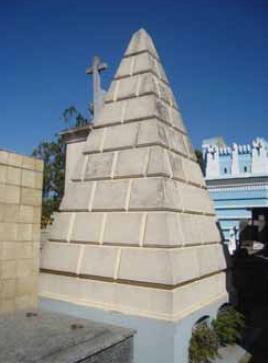 Parte lateral do túmulo em forma piramidal no Cemitério Municipal São José em Ponta Grossa (Paraná). Fonte: Petruski, 2008.