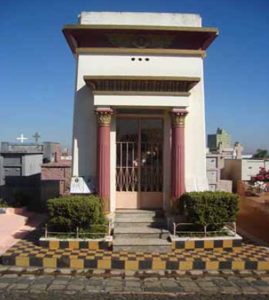 Mausoléu imitando a entrada de uma capela ou templo egípcio no Cemitério Municipal São José em Ponta Grossa (Paraná). Fonte: Petruski, 2008.