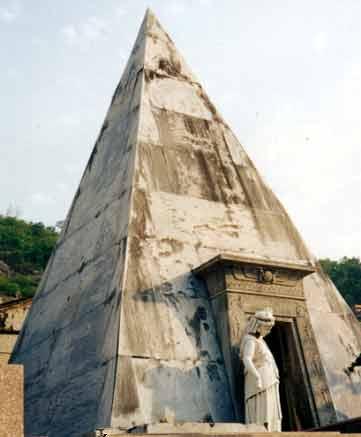 Túmulo em forma piramidal em cemitério do Rio de Janeiro. Foto de Caroline Guedes. Disponível em . Acesso em 08 de julho de 2013.