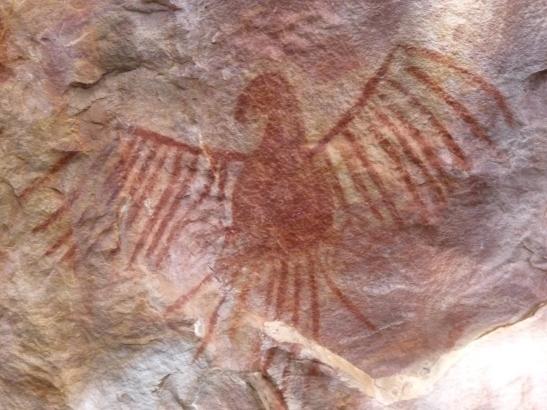A famosa pintura rupestre da arara de Serranópolis, popularmente adotada como simbolo da arqueologia pré-histórica do estado de Goiás. Foto: JuCa.